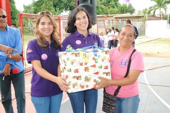 las-muchachas-del-sistema-entregan-regalos-a-las-ganadoras-de-las-rifas