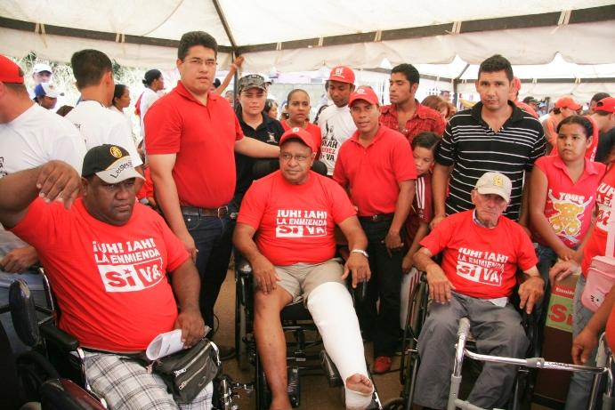 Pedro Martínez y Misión José Gregorio Hernández hace entrega de sillas de rueda y coches ortopédicos.
